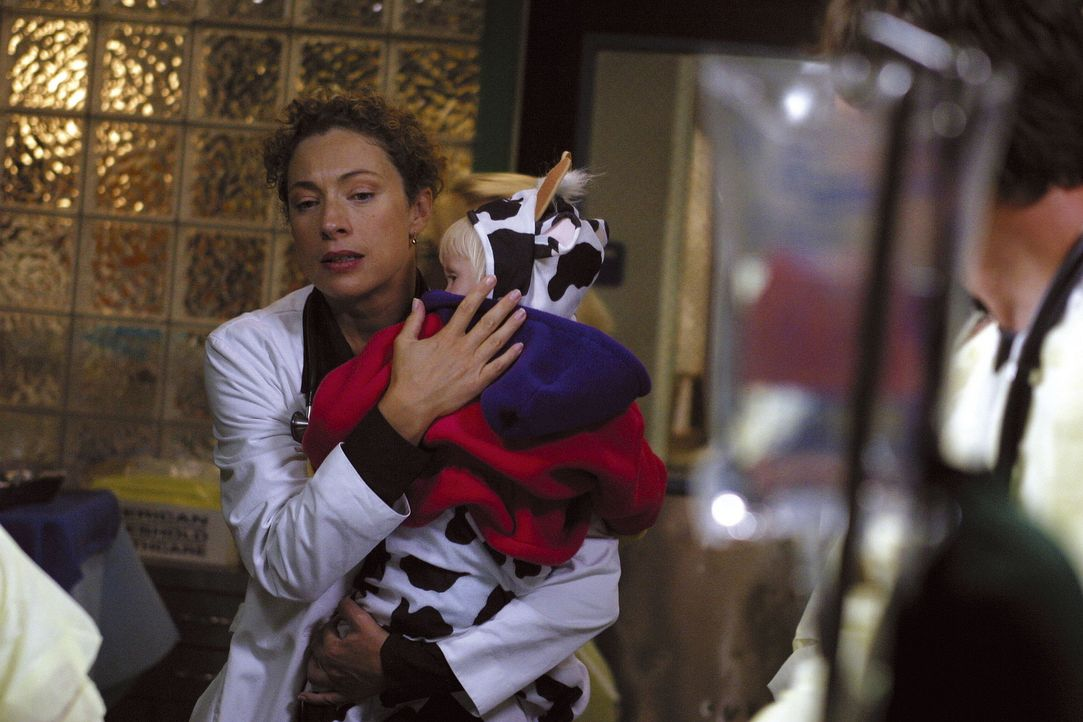 Im Krankenhaus ist die Hölle los: Dr. Corday (Alex Kingston, l.) kommt einfach nicht aus dem Krankenhaus weg, und zu allem Übel hatte der Babysitt... - Bildquelle: TM+  2000 WARNER BROS.