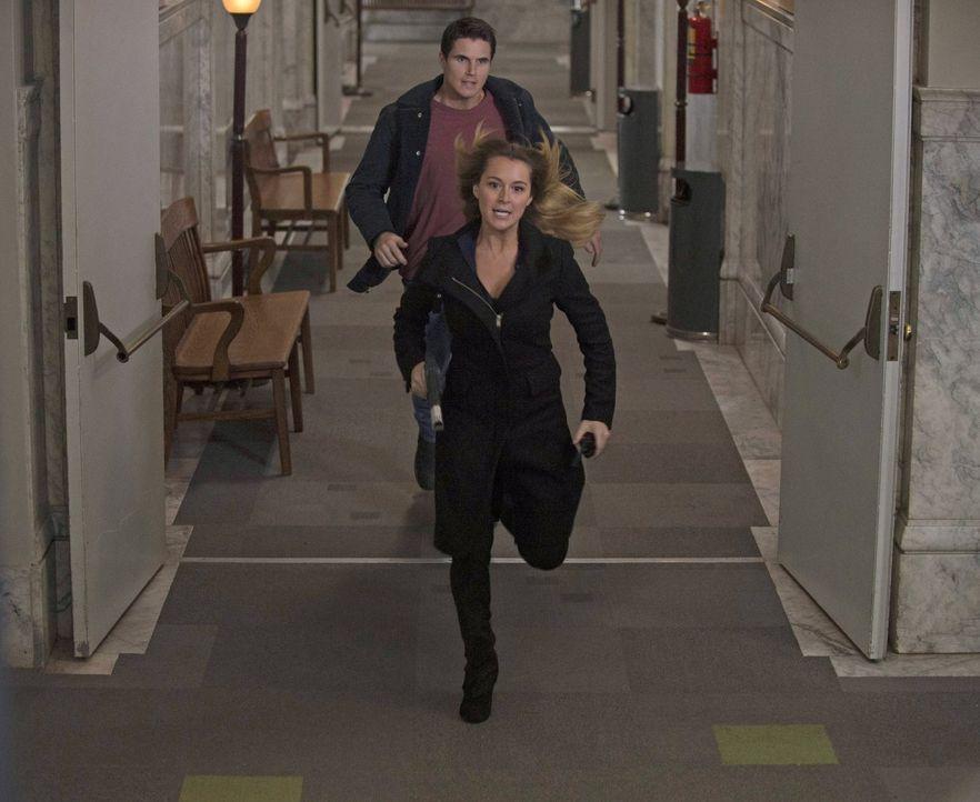 Stephen (Robbie Amell, hinten) und Hillary (Alexa Vega, vorne) werde auf eine Superheldin angesetzt, aber Russell hat mit ihr noch eine Rechnung off... - Bildquelle: Warner Bros. Entertainment, Inc