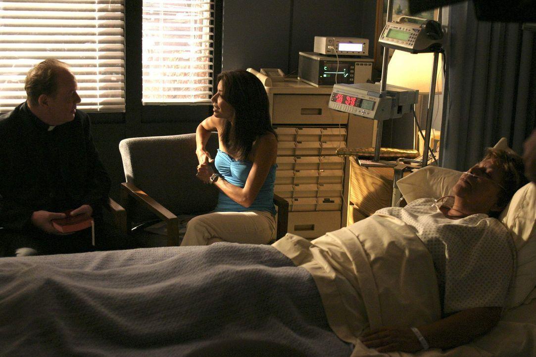 Juanita (Lupe Ontiveros, r.) liegt im Koma. Gabrielle (Eva Longoria, M.) unterhält sich angeregt mit Pater Crowley (Jeff Doucette, l.) über die Verg... - Bildquelle: Touchstone Pictures