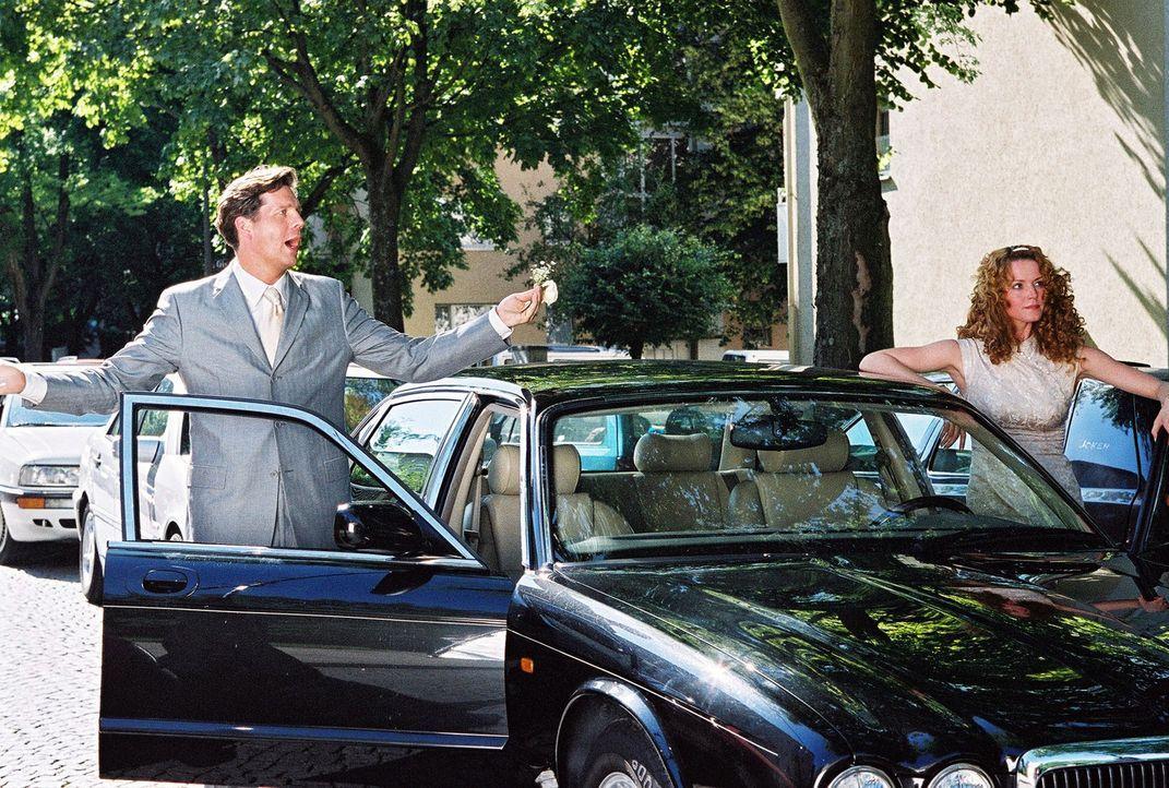 Daphne (Esther Schweins, r.) und Tom (Thomas Heinze, l.) streiten sich kurz vor dem Autocrash, der sie zu Engeln macht. - Bildquelle: Sat.1
