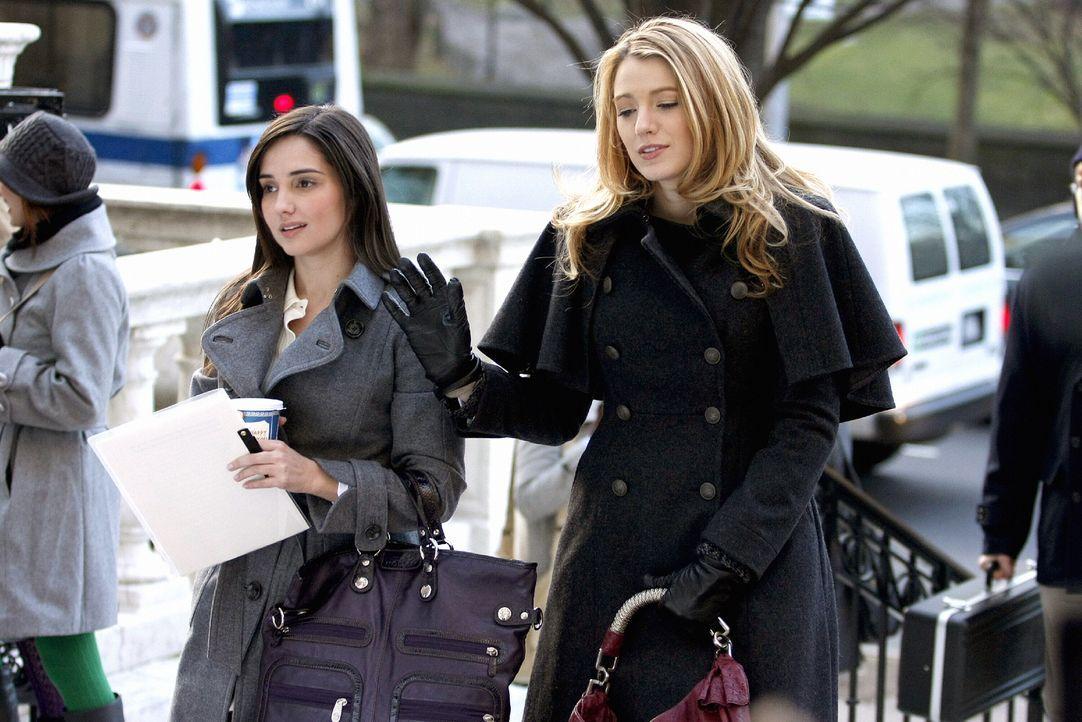 Ein Gerücht, das durch die Welt geht, beeinflusst das Leben von Miss Carr (Laura Breckenridge, l.) und Serena (Blake Lively, r.) ... - Bildquelle: Warner Brothers
