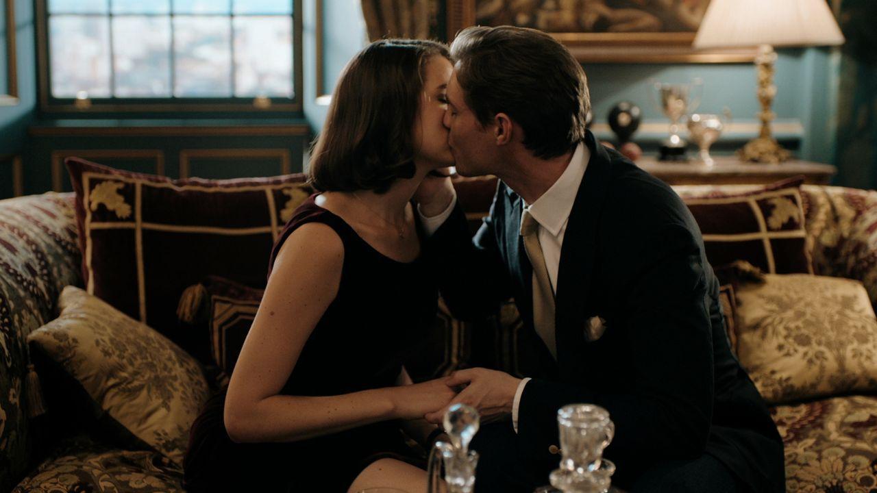 Willow (Genevieve Gaunt, l.) lässt sich schließlich auf Robert (Max Brown, r.) ein, doch sind dessen Liebesbekundungen wirklich echt? - Bildquelle: 2018 Lions Gate Entertainment Inc. All Rights Reserved.