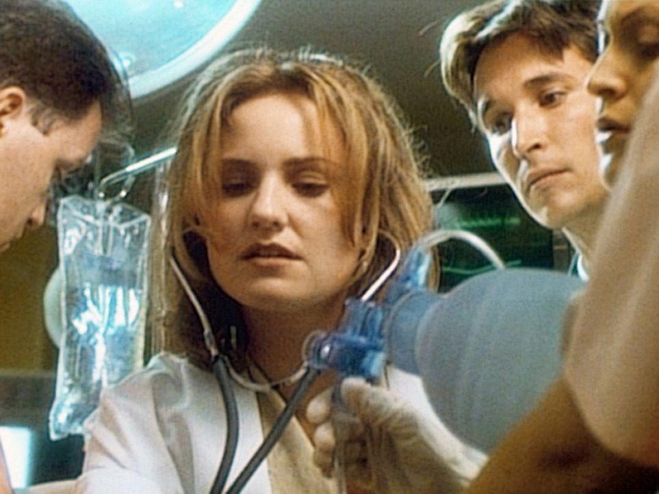 Dr. Lewis (Sherry Stringfield, M.) und Carter (Noah Wyle, 2.v.r.) kümmern sich um Quinn, der mit schwerer Alkoholvergiftung eingeliefert wurde. - Bildquelle: TM+  WARNER BROS.
