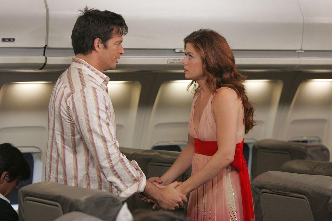 Grace (Debra Messing, r.) traut ihren Augen nicht, als sie auf ihren Flug nach London ausgerechnet Leo (Harry Connick Jr., l.) in der ersten Klasse... - Bildquelle: NBC Productions