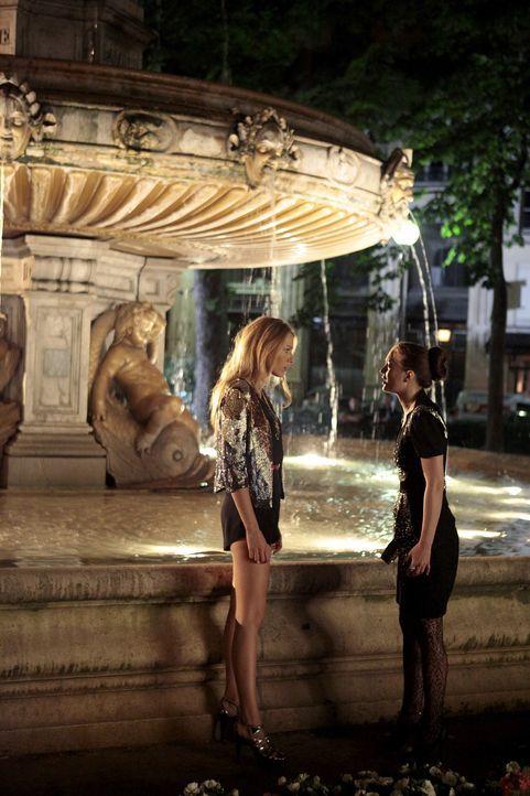 Sind gemeinsam in Paris: Serena (Blake Lively, l.) und Blair (Leighton Meester, r.) ... - Bildquelle: Warner Brothers