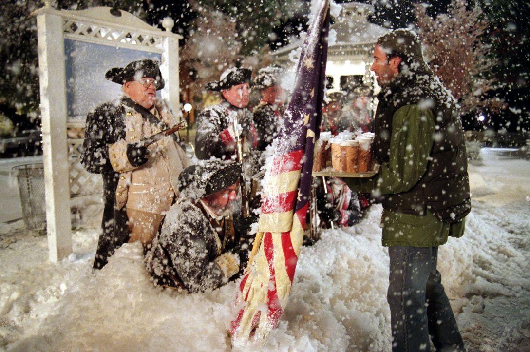 Endlich Schnee in Stars Hollow! Doch als es einfach nicht mehr aufhören will zu schneien, wird das weiße Nass nicht nur für Luke (Scott Patterson, r... - Bildquelle: 2000 Warner Bros.