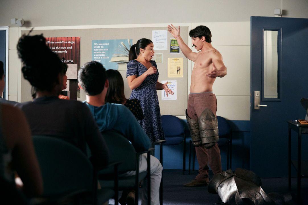 Jane (Gina Rodriguez, l.) ist außer sich, als sie plötzlich vor dem strippenden Don Quijote (Joe LoCicero, r.) steht. Doch was hat es damit wirklich... - Bildquelle: Tyler Golden 2016 The CW Network, LLC. All rights reserved.