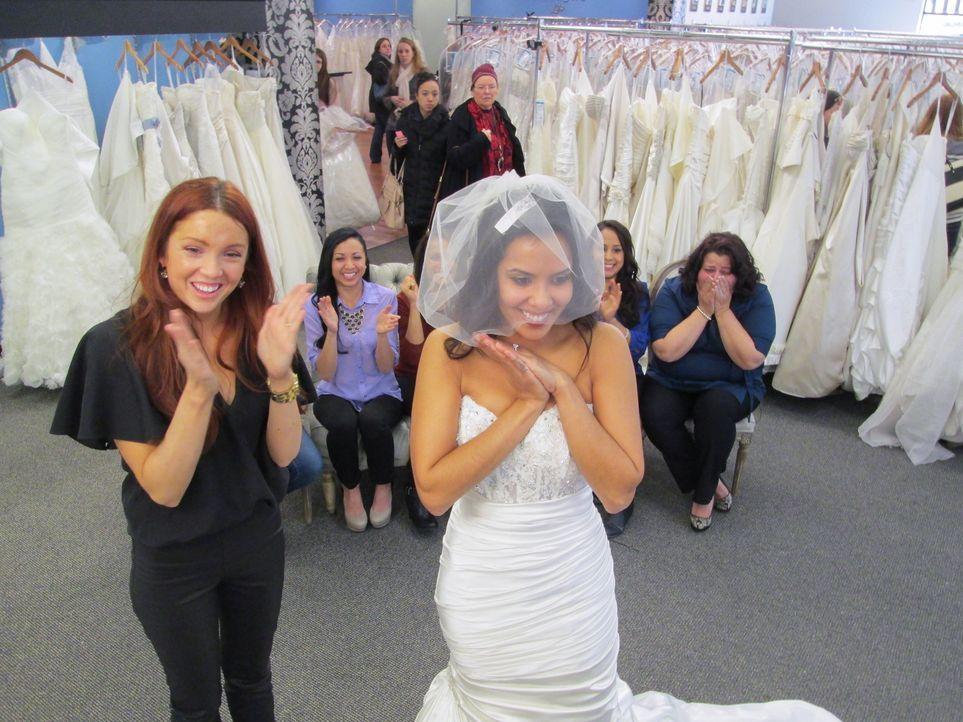 Während sich Tiffani in ein großes Kleid verliebt, finden ihre Begleiter den Kleiderstil schrecklich. Alicia wird unterdessen von ihren Freuden und... - Bildquelle: TLC