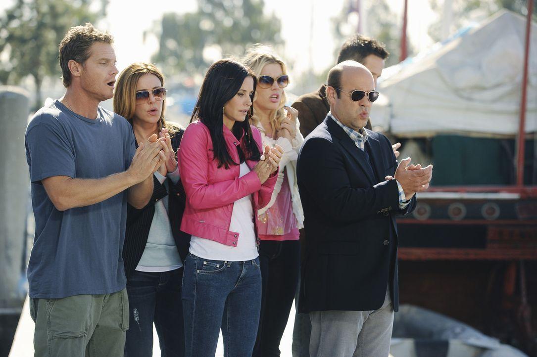 Müssen mit ansehen, wie Bobbys Boot untergeht: (v.l.n.r.) Bobby (Brian Van Holt), Ellie (Christa Miller), Jules (Courteney Cox), Laurie (Busy Phili... - Bildquelle: 2010 ABC INC.