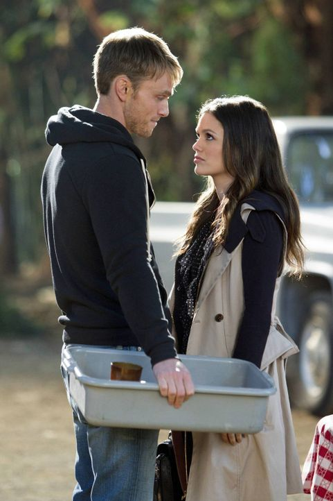Eine Nähe die sowohl für Wade (Wilson Bethel, l.), als auch für Zoe (Rachel Bilson, r.) unangenehm ist ... - Bildquelle: Warner Bros.