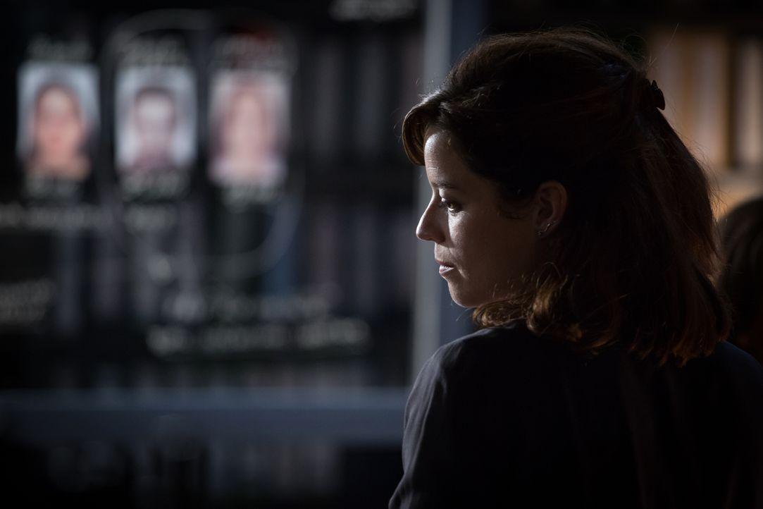 Zu ihrer Überraschung werden Adèle (Juliette Roudet) und Rocher zum Tatort eines Selbstmords gerufen. Doch dann finden sie im Haus eine weitere Leic... - Bildquelle: Eloïse Legay 2017 BEAUBOURG AUDIOVISUEL