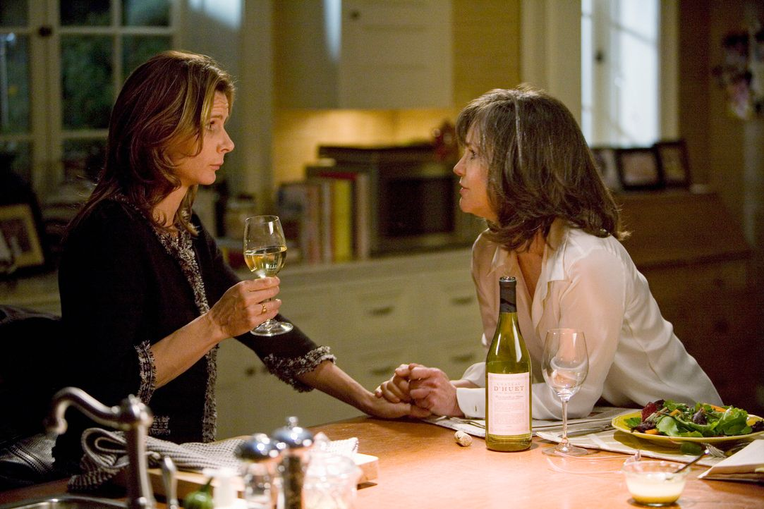 Nora (Sally Field, r.) kann Sarah (Rachel Griffiths, l.) zu etwas sehr Gewagtem überreden ... - Bildquelle: 2008 ABC INC.