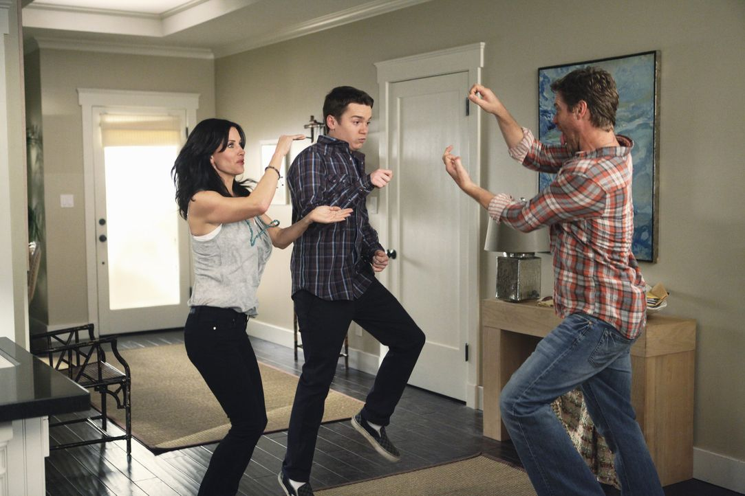Während Laurie fest dazu entschlossen ist, mit Smith einen neuen Anfang wagen zu wollen, haben Jules (Courteney Cox, l.), Travis (Dan Byrd, M.) und... - Bildquelle: 2009 ABC INC.