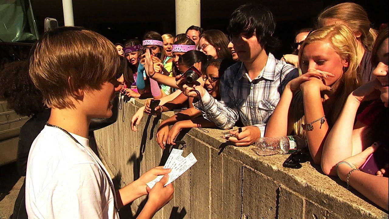 Für ein Autogramm von Justin Bieber (l.) würden viele, meist weiblich, Fans alles tun ... - Bildquelle: 2014 PARAMOUNT PICTURES. ALL RIGHTS RESERVED.
