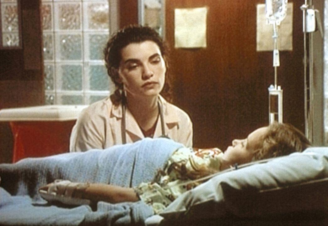 Carol Hathaway (Julianna Margulies, hinten) macht sich Sorgen um das Schicksal der kleinen Tatiana (Milana Vayntrub), die an Aids erkrankt ist. Ihre... - Bildquelle: TM+  WARNER BROS.