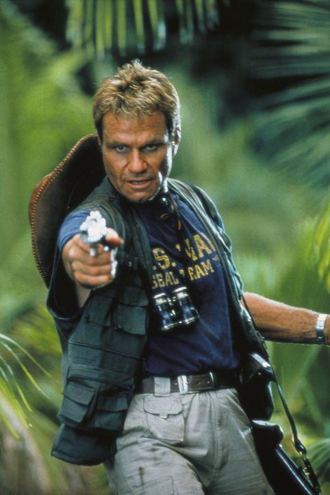 Bei dem Versuch einige Sachen aus dem Wrack zu bergen, wird Roland (Martin Kove) von einem riesigen Krokodil angegriffen ... - Bildquelle: Nu Image