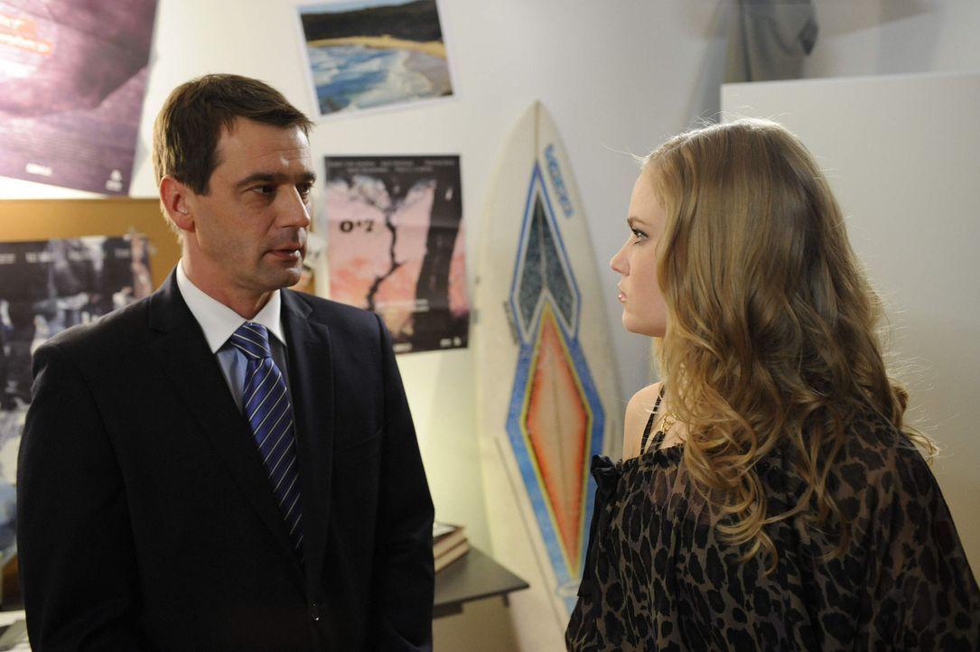 Caro (Sonja Bertram, r.) versucht Ben den Streik auszureden, während Stefan (Ulrich Drewes, l.) sie misstrauisch beäugt ... - Bildquelle: SAT.1