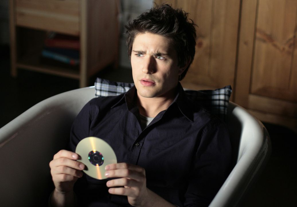 Der versteckte Code auf der CD von Baylin bereitet Kyle (Matt Dallas) Kopfzerbrechen. Was will ihm sein genetischer Vater mitteilen? - Bildquelle: TOUCHSTONE TELEVISION