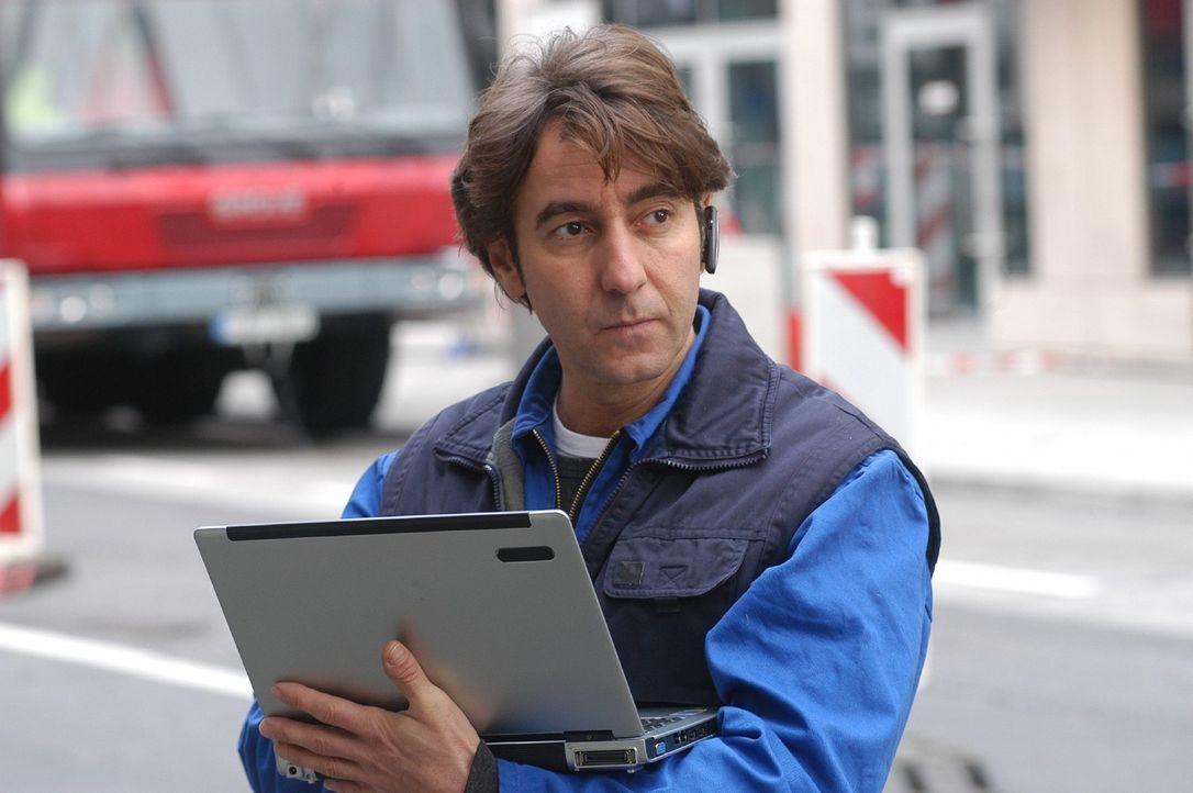 """René (Dieter Landuris) leitet als Bauarbeiter die Straße um. Der Rest des Teams um den """"Fuchs"""" hat nun freie Bahn ... - Bildquelle: Sat.1"""