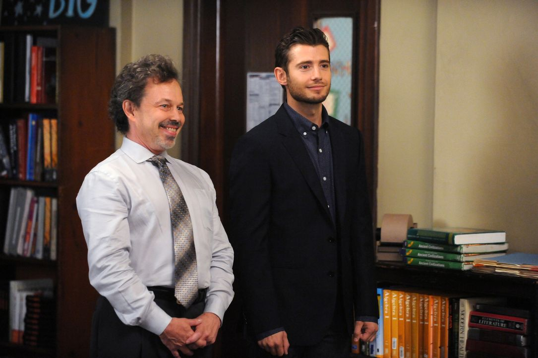 Als Direktor Foster (Curtis Armstrong, l.) den neuen Wissenschaftslehrer Ryan (Julian Morris, r.) vorstellt, bereut Jess sofort, dass sie gerade Lie... - Bildquelle: 2014 Twentieth Century Fox Film Corporation. All rights reserved.
