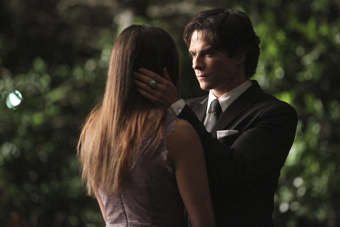Sind das die letzten Momente, die Elena (Nina Dobrev, l.) und Damon (Ian Somerhalder, r.) gemeinsam verbringen? - Bildquelle: Warner Bros. Entertainment, Inc