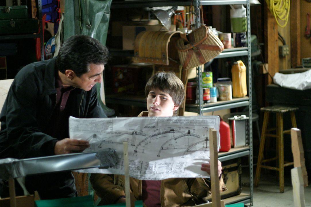 Beim Bootsbau kommen sich Will (Joe Mantegna, l.) und Kevin (Jason Ritter, r.) wieder näher ... - Bildquelle: Sony Pictures Television