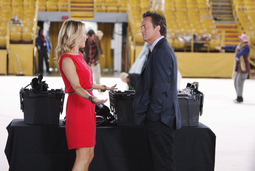 Alice (Andrea Anders, l.) ist immer wieder für eine Überraschung gut und Ben (Matthew Perry, r.) weiß ihren Einfallsreichtum zu schätzen ... - Bildquelle: Sony Pictures Television Inc. All Rights Reserved.