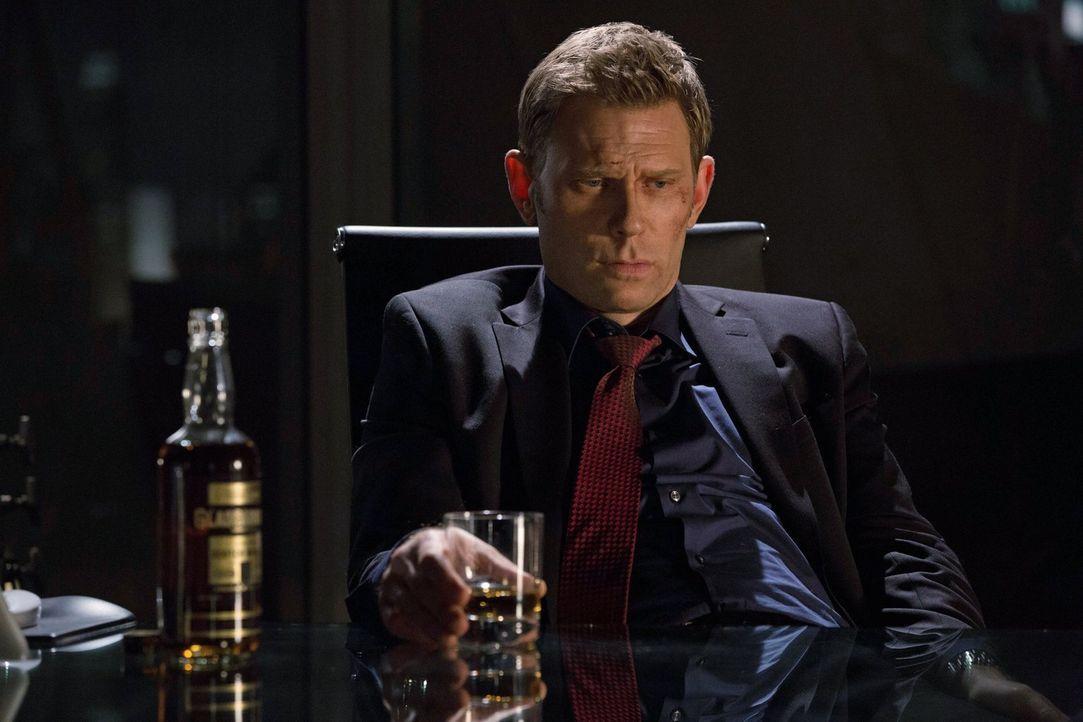 Nachdem er mitten in der Nacht unerwarteten Besuch erhält, kann Dr. Price (Mark Pellegrino) nur auf die gute Arbeit seiner Agenten hoffen ... - Bildquelle: Warner Bros. Entertainment, Inc