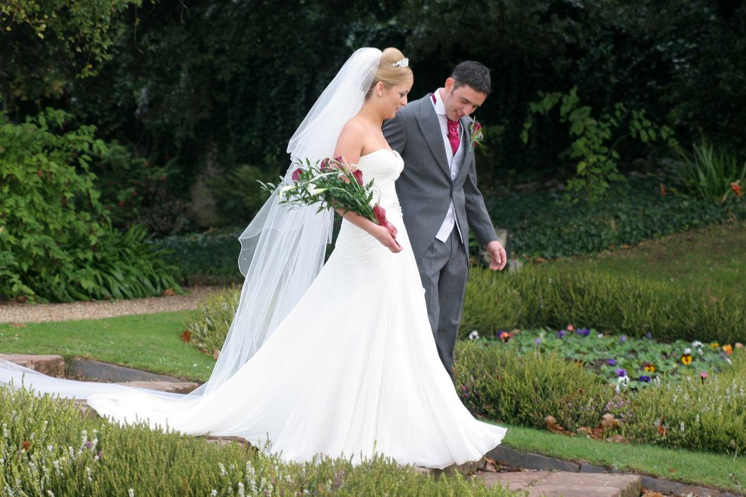Hoffen, die Traum-Flitterwochen zu gewinnen: Becky M. (l.) und ihr Mann Stuart (r.) - Bildquelle: ITV Studios Limited 2010