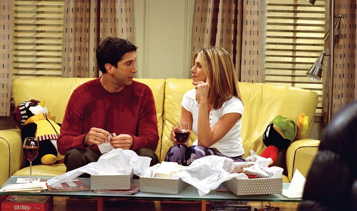 Damals, als Ross (David Schwimmer, l.) und Rachel (Jennifer Aniston, r.) die Einladungskarten für Monicas und Chandlers Hochzeit verschickt haben,... - Bildquelle: TM+  WARNER BROS.