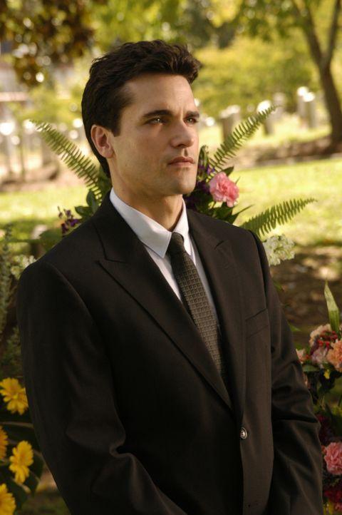 Nimmt Abschied von seiner geliebten Freundin Deb: Grayson (Jackson Hurst) ... - Bildquelle: 2009 Sony Pictures Television Inc. All Rights Reserved.