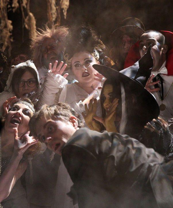 """Trick or Treat? Hoffen auf eine """"Super Fun und Spooky Night"""": Helen-Alice (Liza Lapira, hinten, l.), Kimmie (Rebel Wilson, hinten, M.), Marika (Laur... - Bildquelle: Warner Brothers"""