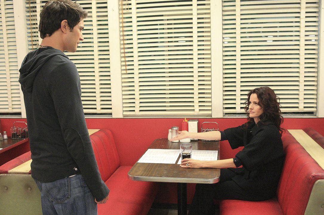 Kyle (Matt Dallas, l.) trifft sich mit Sarah (Ally Sheedy, r.) in einem Restaurant und überrascht sie mit einer großen Bitte ... - Bildquelle: TOUCHSTONE TELEVISION