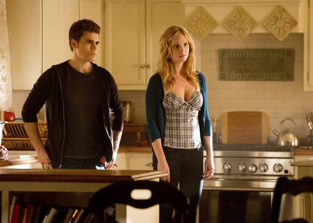 Mit all ihrer Macht versuchen Caroline (Candice Accola, r.) und Stefan (Paul Wesley, l.) Elena bei der Verarbeitung ihres Verlustes zu unterstützen,... - Bildquelle: Warner Brothers