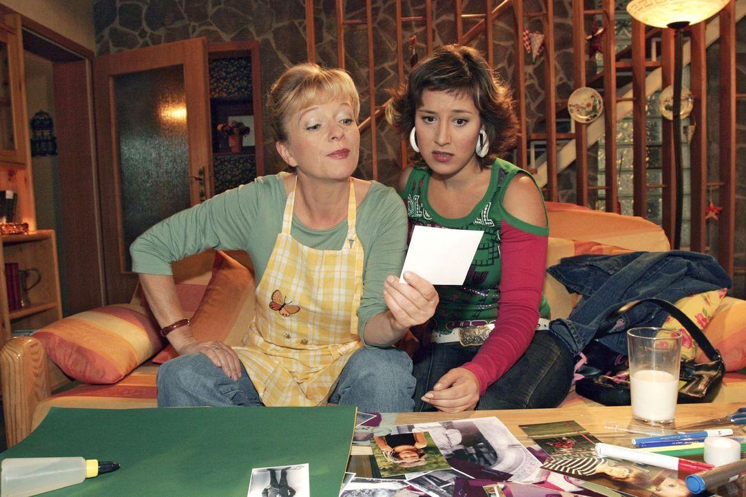 Auf nicht eben subtile Art spricht Helga (Ulrike Mai, l.) das Thema Baby gegenüber Yvonne (Bärbel Schleker, r.) an - und zeigt ihr Fotos von Lisa... - Bildquelle: Noreen Flynn Sat.1