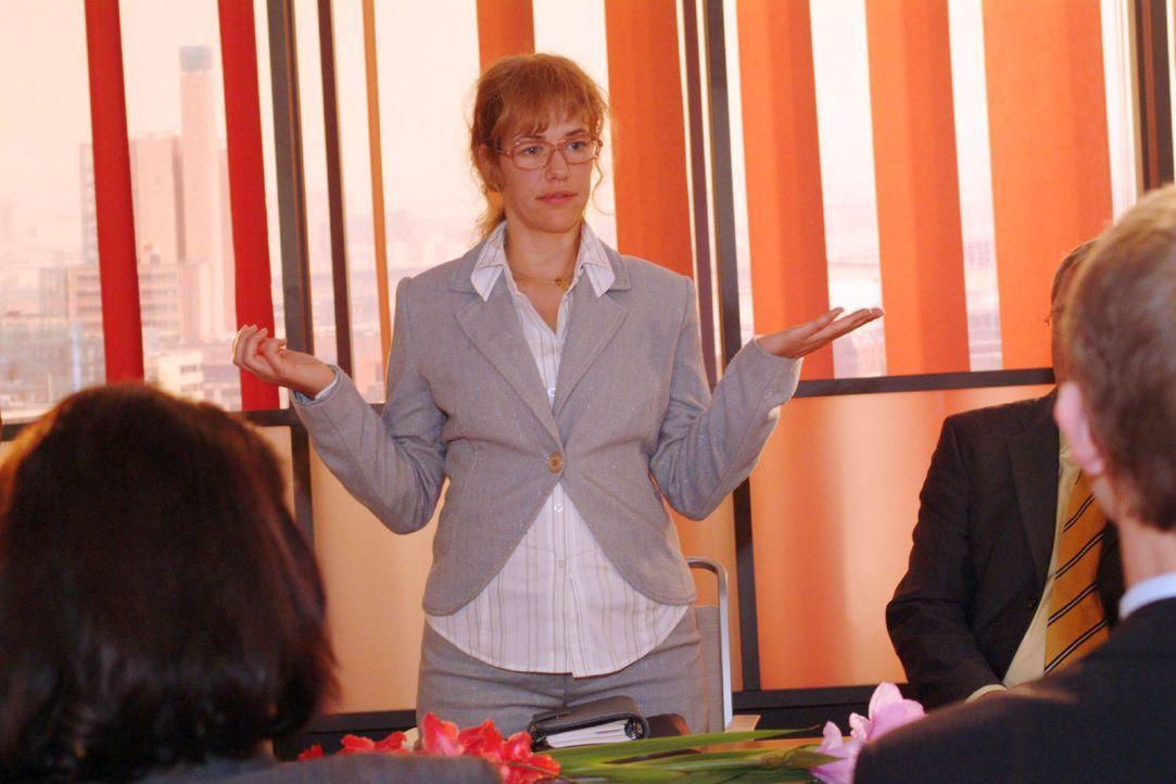 Die neue Mehrheitseignerin Lisa (Alexandra Neldel, M.) trifft zur Überraschung von allen auf der Vorstandssitzung eine kluge und diplomatische Entsc... - Bildquelle: Monika Schürle SAT.1 / Monika Schürle