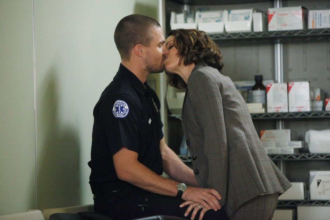 Zwischen Violet (Amy Brenneman, r.) und Scott (Stephen Amell, l.) geht es immer mehr zur Sache ... - Bildquelle: ABC Studios