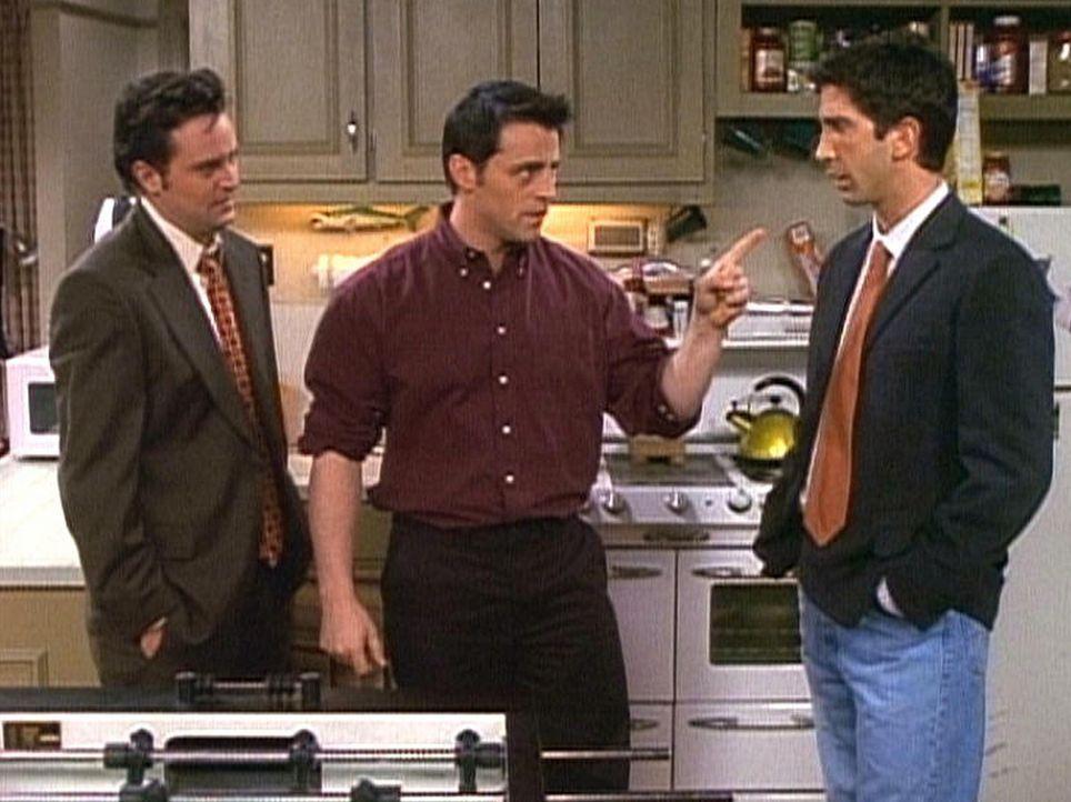 Joey (Matt LeBlanc, M.) versucht Ross (David Schwimmer, r.) und Chandler (Matthew Perry, l.) klarzumachen, dass sie ihm einen neuen Kühlschrank kau... - Bildquelle: TM+  2000 WARNER BROS.