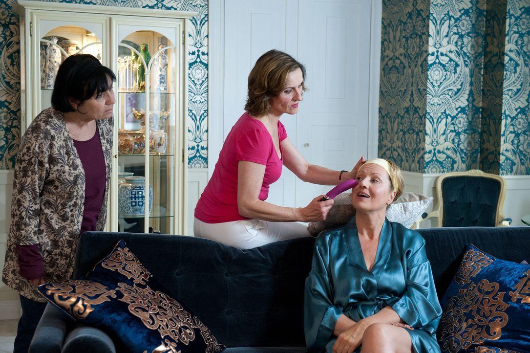 Fragen sich, ob Mila je einen festen Partner finden wird: (v.l.n.r.) Gül Yilmaz (Özay Fecht), Sylvia (Eva Mannschott) und Felicitas (Claudia Lietz)... - Bildquelle: Oliver Ziebe SAT.1