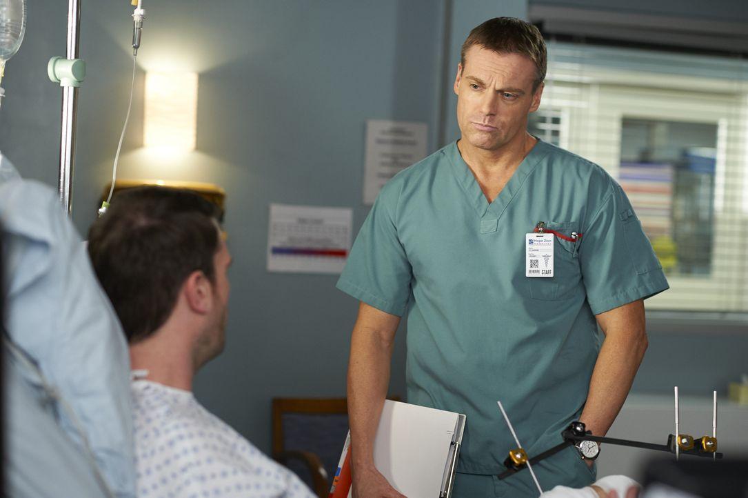 Charlie (Michael Shanks) kümmert sich um seinen Patienten Travis (Ryan McDonald, l.), doch dieser scheint noch weitere Probleme als nur seine Verlet... - Bildquelle: Ken Woroner 2014 Hope Zee Three Inc.