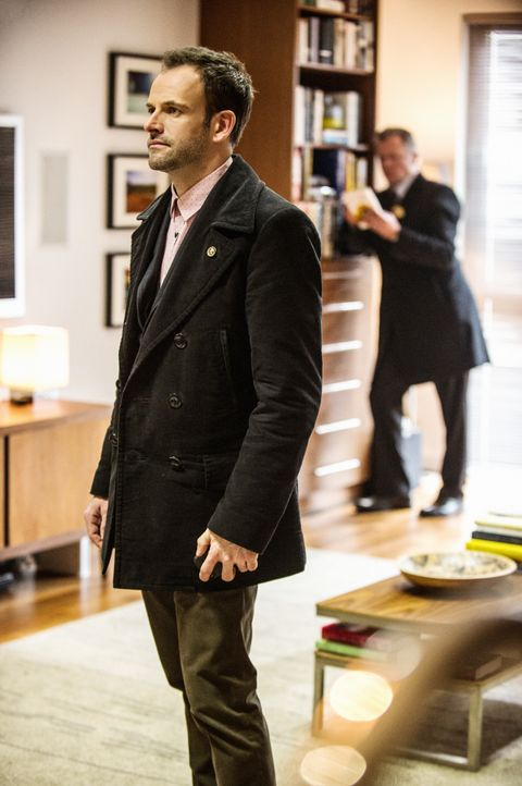 Ein neuer Fall beschäftigt Sherlock Holmes (Jonny Lee Miller) und seine Kollegen ... - Bildquelle: CBS Television