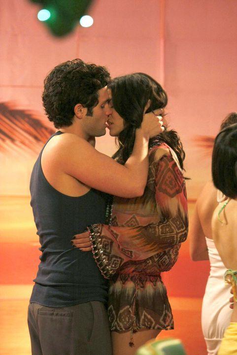 Ein leidenschaftlicher Kuss zwischen Dan (Penn Badgley, l.) und Vanessa (Jessica Szohr, r.) - doch es wird nicht dabei bleiben... - Bildquelle: Warner Brothers