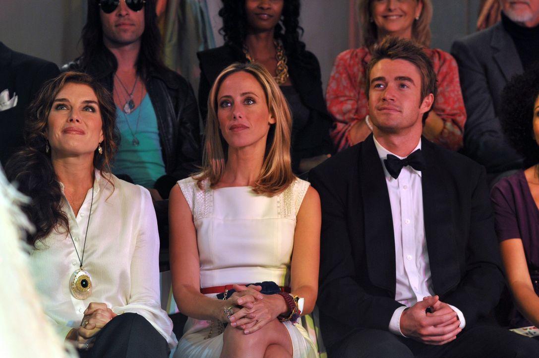 Gespannt nehmen sie an der Eröffnungs-Modenschau von Victorys Flagship-Stores teil: Wendy (Brooke Shields, l.), Nico (Kim Raver, M.) und Kirby (Robe... - Bildquelle: NBC, Inc.