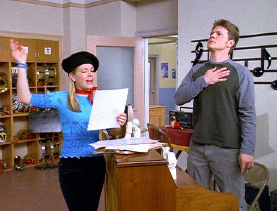 Sabrina (Melissa Joan Hart, l.) erzählt Harvey (Nate Richert, r.), dass sie unbedingt auf einem College studieren will, das besonderen Wert auf Kun... - Bildquelle: Paramount Pictures