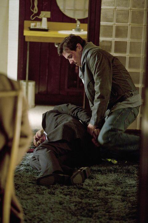 Jerry Tyson (Michael Mosley, r.) hat Kevin Ryan (Seamus Dever, l.) zur Strecke gebracht und auch Castle hat er außer Gefecht gesetzt ... - Bildquelle: 2010 American Broadcasting Companies, Inc. All rights reserved.