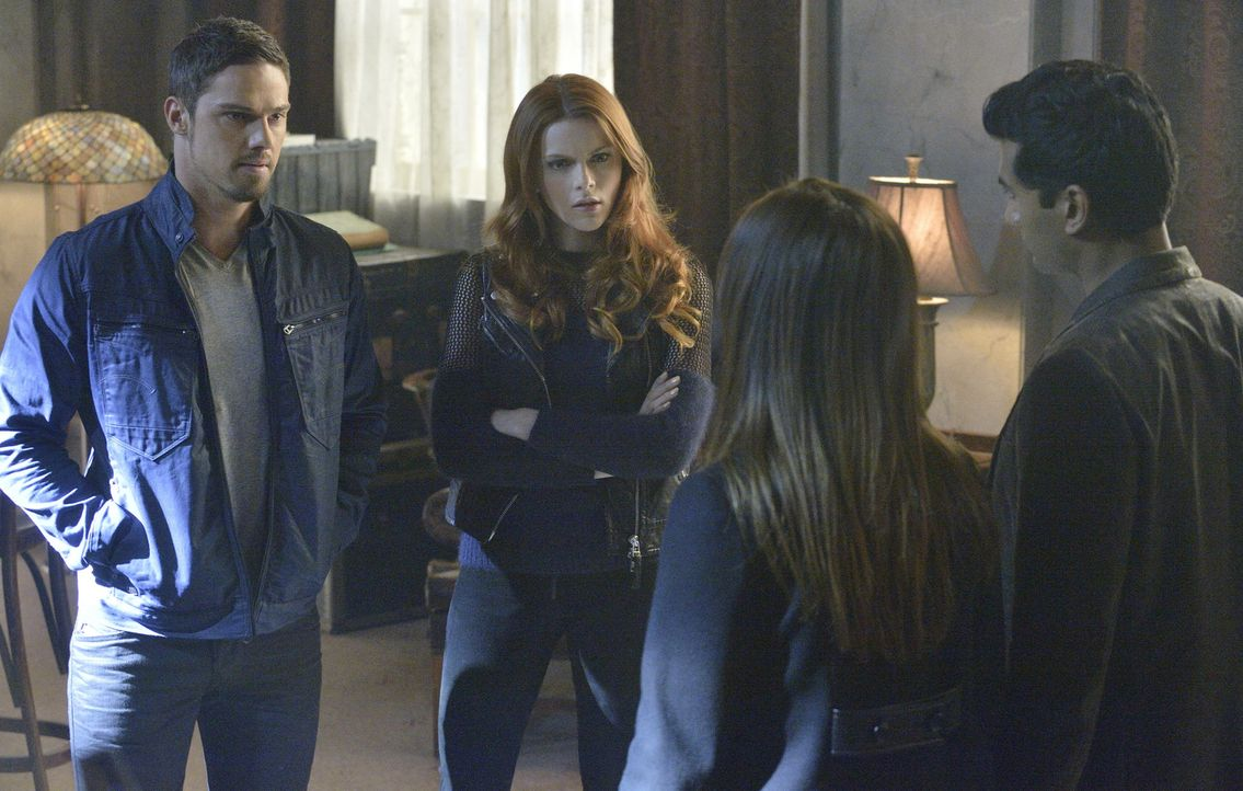 Nachdem Vincent (Jay Ryan, l.) Tori (Amber Skye Noyes, 2.v.l.) gerettet hat, schmieden Gabe (Sendhil Ramamurthy, r.), Cat (Kristin Kreuk, 2.v.r.), J... - Bildquelle: 2013 The CW Network, LLC. All rights reserved.