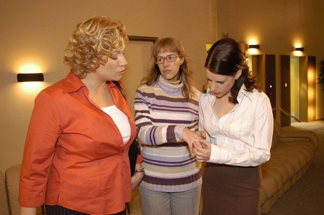 Mit dem festen Willen, den Ring mit Seife wieder abzubekommen, begibt sich Lisa (Alexandra Neldel, M.) auf den Weg zur Toilette - und trifft auf die... - Bildquelle: Sat.1