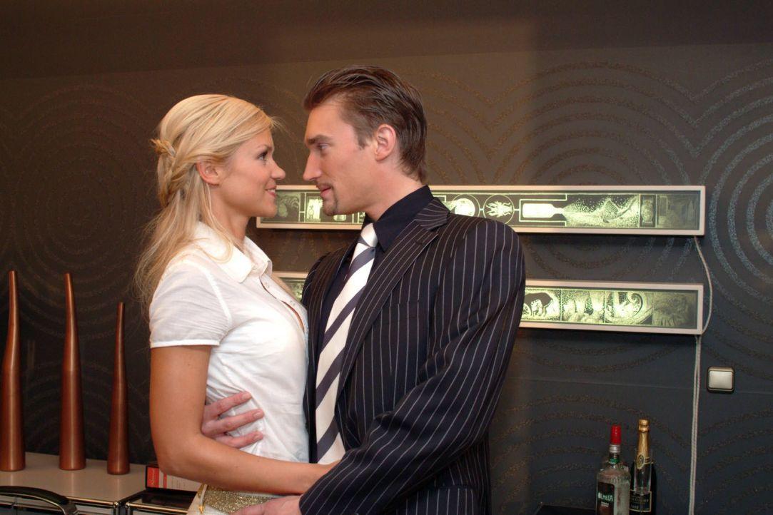 Sabrina (Nina-Friederike Gnädig, l.) tröstet den zerknirschten Richard (Karim Köster, r.). Richard macht sich kaum noch Hoffnungen, dass er Geschäft... - Bildquelle: Monika Schürle SAT.1 / Monika Schürle