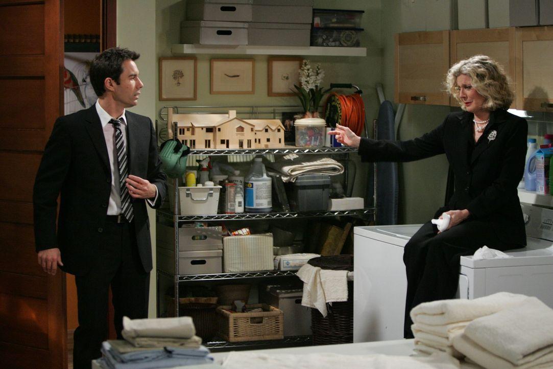 Die Trauerfeier von George  ist für Will (Eric McCormack, l.) und seine Mutter Marilyn (Blythe Danner, r.) keine Leichte Sache ... - Bildquelle: Chris Haston NBC Productions