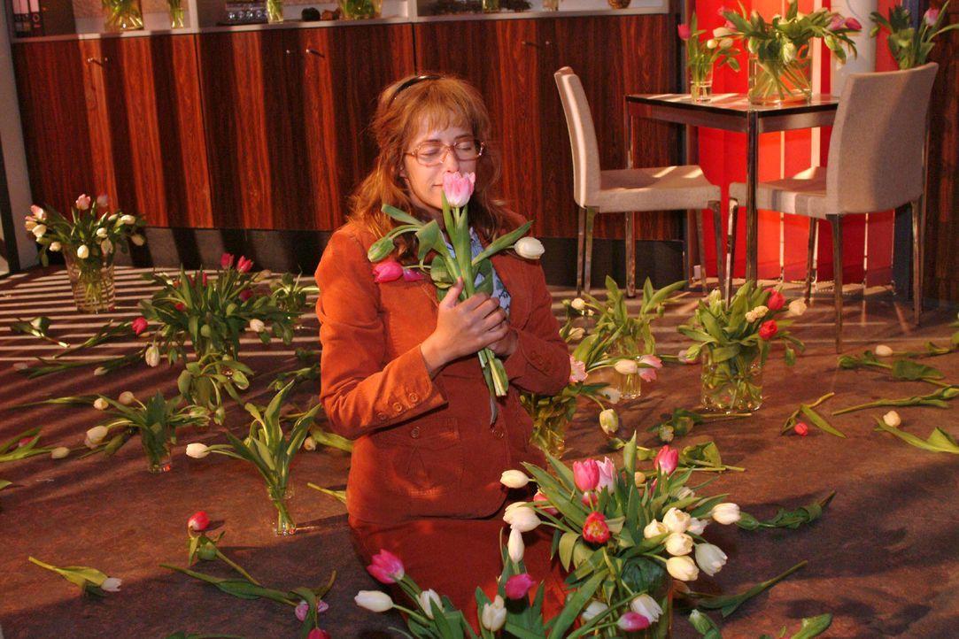Lisa (Alexandra Neldel) schnuppert an einer Tulpe und träumt sich davon ... (Dieses Foto von Alexandra Neldel darf nur in Zusammenhang mit der Beri... - Bildquelle: Sat.1